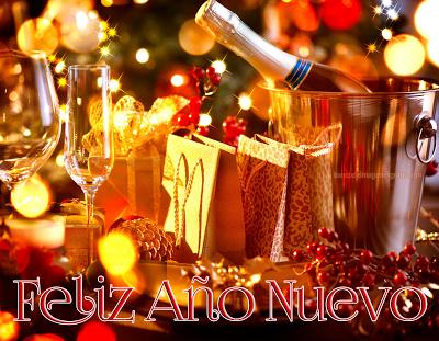 fiestabrindis de fin de año con mensaje de año nuevo 2014 botellas de vino y copas mesa