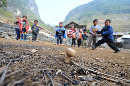 Niños-jugando-trompo-XinhuaHuang-Xiaobang-c
