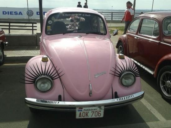 pintoresco-o-pintoresca-modelo-de-volkswagen-beetle-en-la-costanera-de-asuncion-hoy-celebrando-los-80-anos-del-mitico-escarabajo-_800_600_1100418