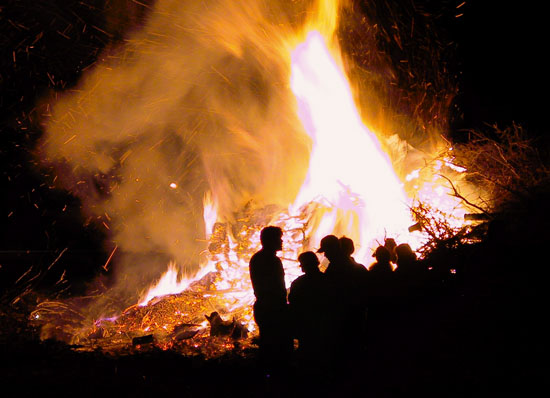 3988-easter_bonfire_pohjamaa_flickr_cc-by-nc-nd-2_0_samikki_550px-jpg
