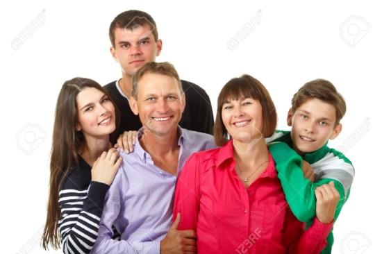 16610019-La-familia-feliz-grande-cauc-sico-divertirse-y-sonriente-sobre-fondo-blanco-Madre-padre-e-hijos-hija-Foto-de-archivo