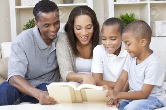 19608582-Un-hombre-feliz-afroamericano-mujer-y-ni-os-padre-madre-y-dos-hijos-la-familia-sentados-juntos-en-ca-Foto-de-archivo