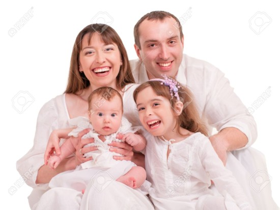 21267994-Hermosa-familia-feliz-Padre-madre-e-hijos-aislados-en-un-fondo-blanco-Foto-de-archivo