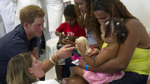 Harry-realizando-trabajos-ayuda-humanitaria_TINIMA20120514_0893_18